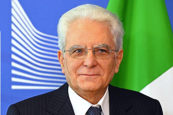 Президент Италии попросил премьера Ренци подождать сотставкой